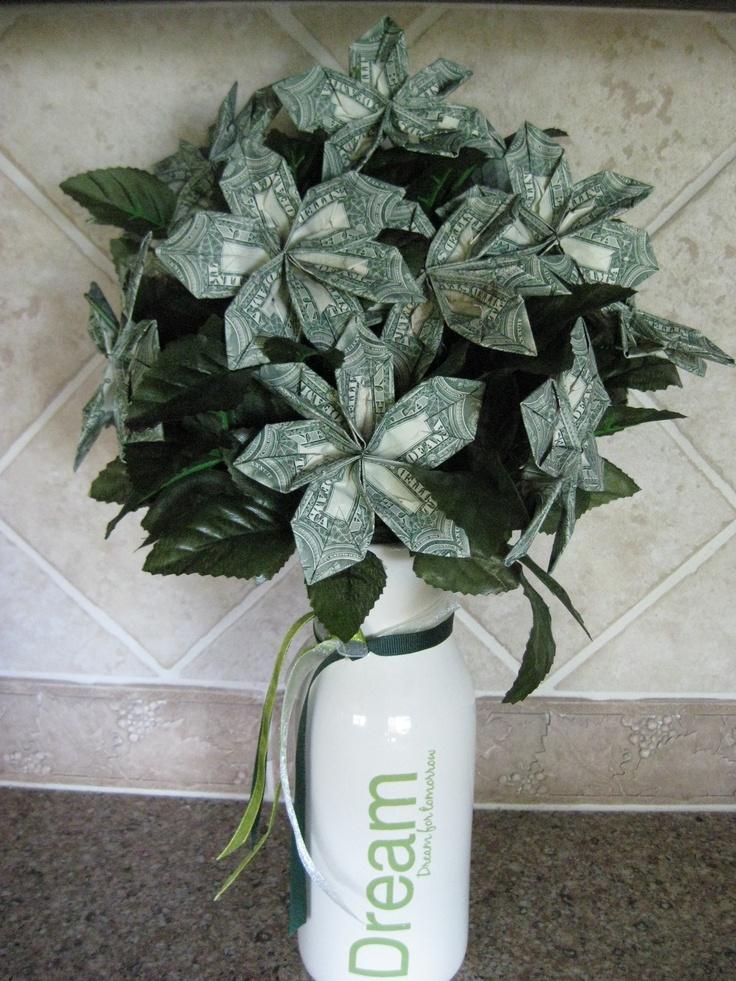 Hice este dinero ramo de flores para mi nieta.  Es tan fácil.  Para crearlo, vaya a https://www.homemade-gifts-made-easy.com/origami-money-flowers.html # axzz1ZDHMzEmY