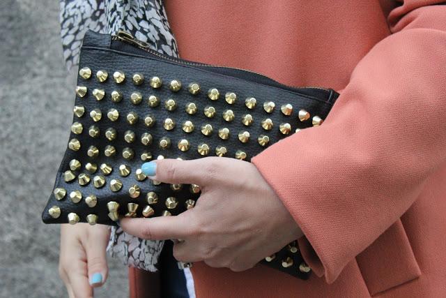 DIY Bolso de mano de cuero negro con tachuelas. DIY studded bag.