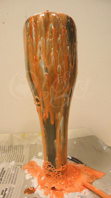 como pintar botellas de cristal oscuro con pintura. efecto dripping.