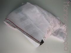Encara los derechos de tela y forro y cose ambas telas a lo largo de la tira de la capota. Utiliza el aplomo para ajustar la colocación