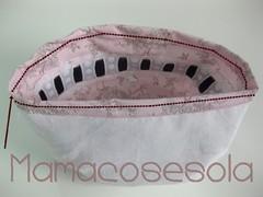 Cierra la braga en la cintura haciendo un dobladillo hacia el interior con tela y forro unidos. Aprovecha esta costura a modo de jareta para poder pasar la goma necesaria