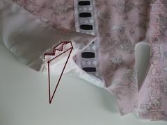 Para finalizar la unión del forro a la tela localiza las aberturas de los hombros y cose las telas encarando derecho con derecho