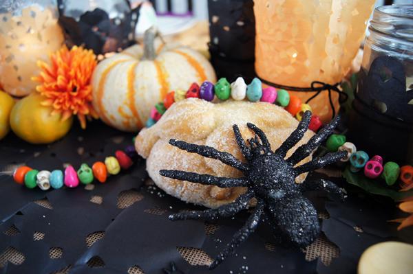 arañas sobre mesa de halloween y día de muertos