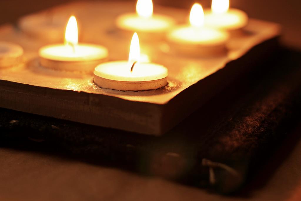 encendiendo velas por la creatividad