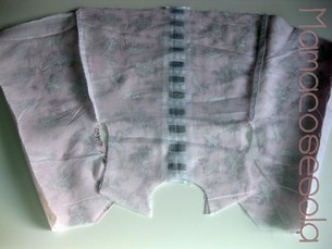 Encara el forro con la tela, derecho con derecho y cose las vistas de la espalda