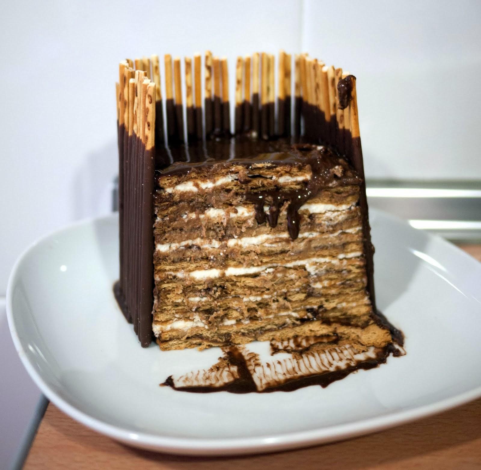 Capas de tarta de galletas, chocolate y nata