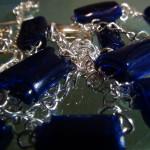 collar y pendientes realizados con cuentas de plástico de botellas de plástic