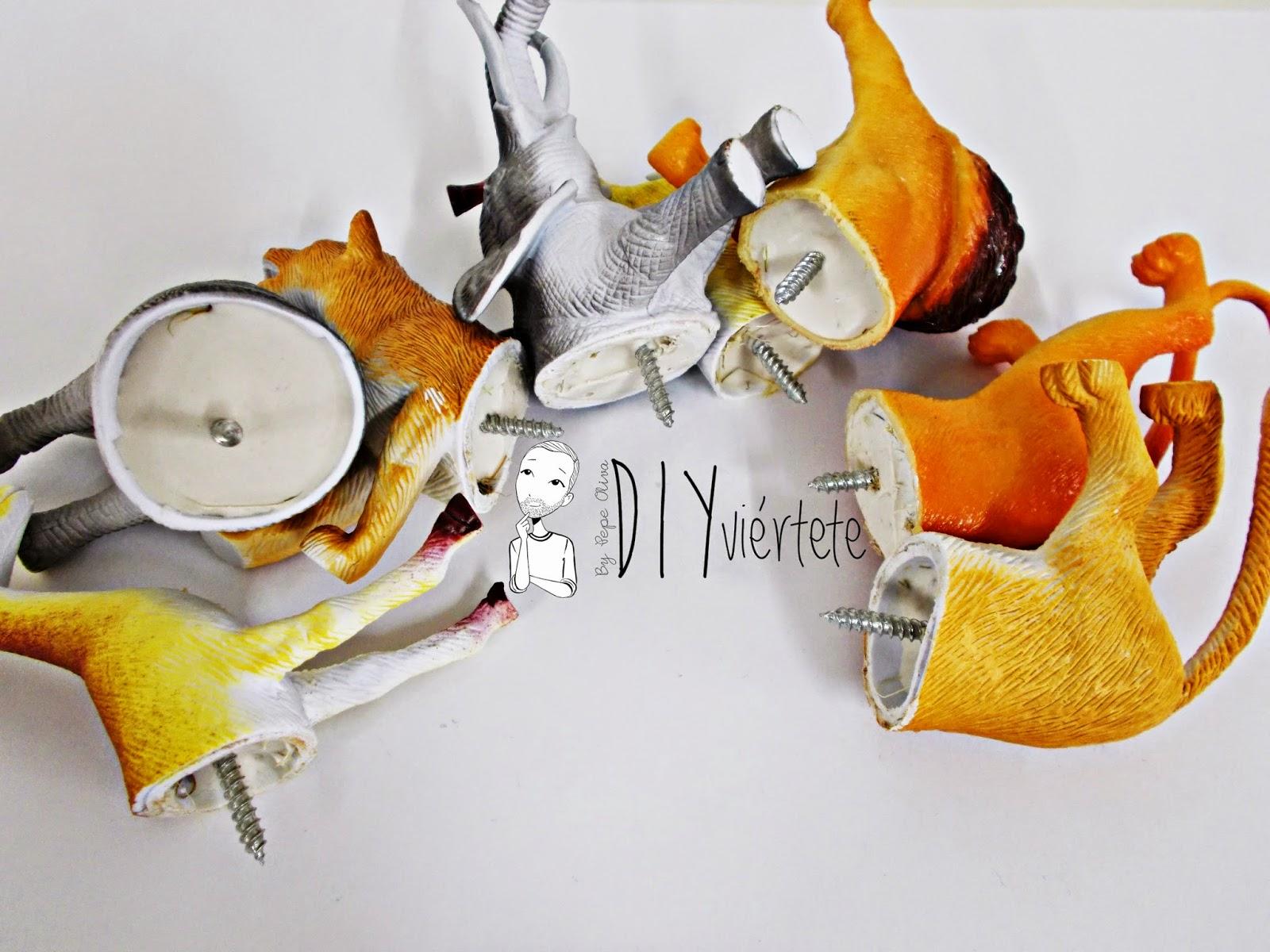 DIY-perchero-reciclaje-animales de plástico-juguetes-spray dorado-6