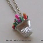 How to make a necklace with a thimble and colored pins . cómo hacer un collar con un dedal y alfileres de colores