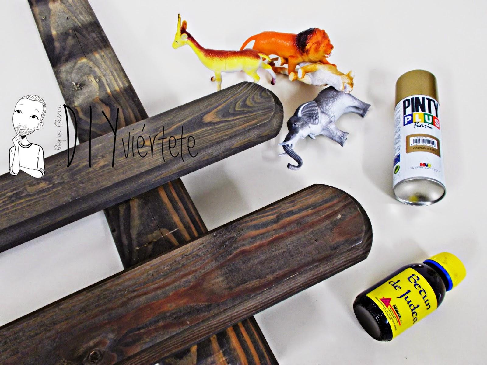 DIY-perchero-reciclaje-animales de plástico-juguetes-spray dorado-2
