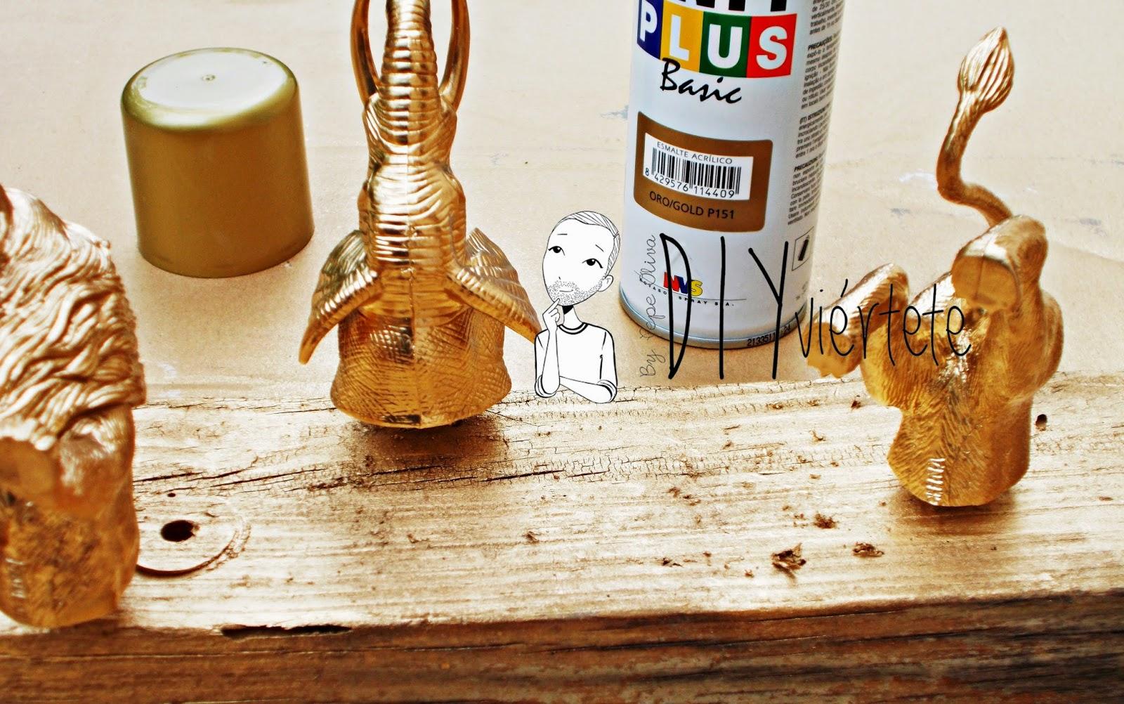 DIY-perchero-reciclaje-animales de plástico-juguetes-spray dorado-7