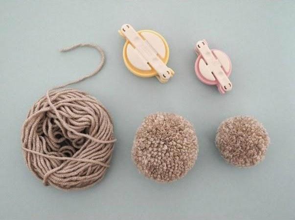 Pompones y lana para conejito de pascua