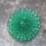 Lámpara realizada con 125 botellas de plástico recicladas - Lamp made with 125 recycled plastic bottles