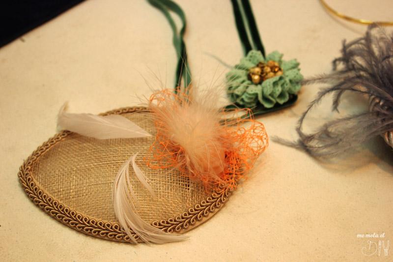 tocado beis y plumas para invitada de boda