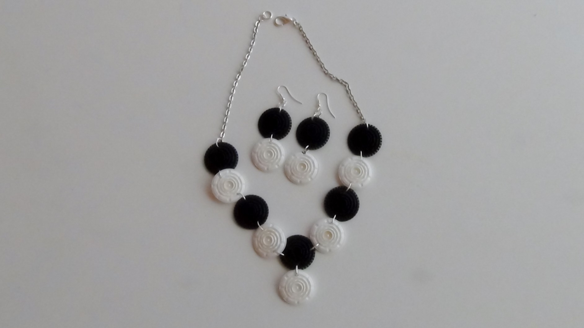 Collar y pendientes realizados con filtros de cápsulas de café Dolce Gusto - Black and white earrings and collant