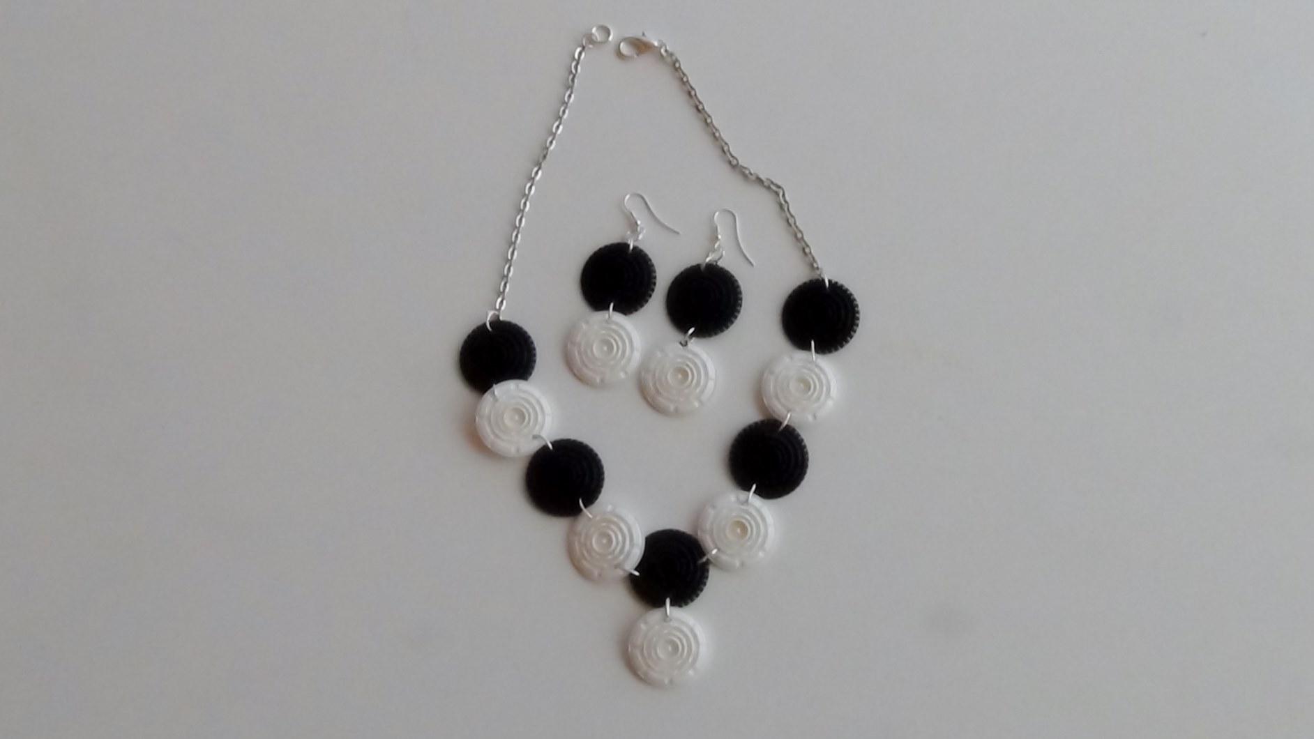 Collar y pendientes realizados con filtros de cápsulas de café Dolce Gusto - Black and white earrings and collant