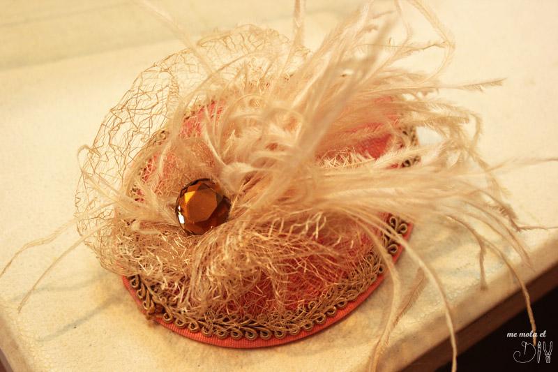 tocado para invitada boda con plumas de color salmon