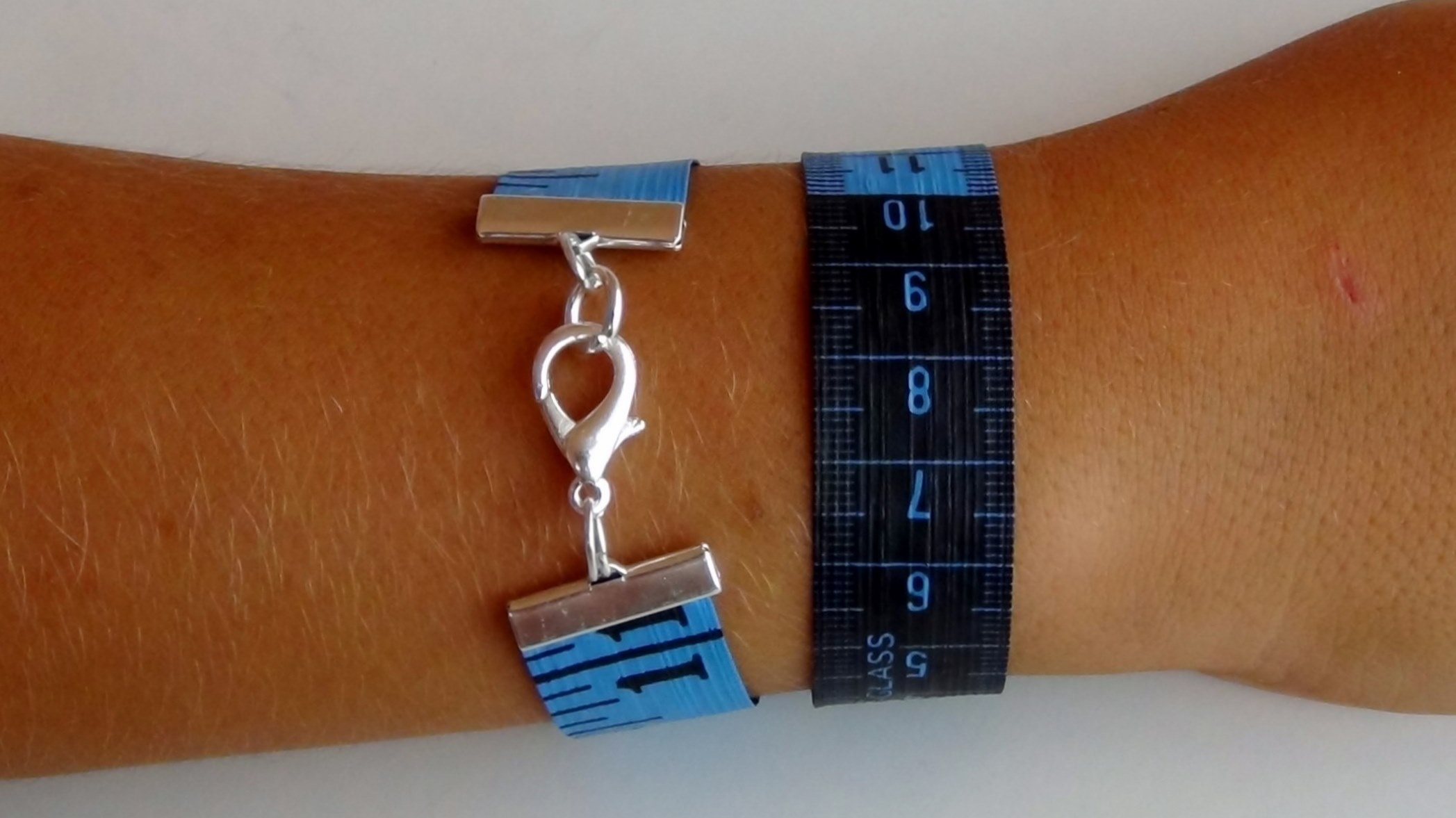 How to make bracelets with dressmakers tape measures Cómo hacer pulseras con una cinta métrica