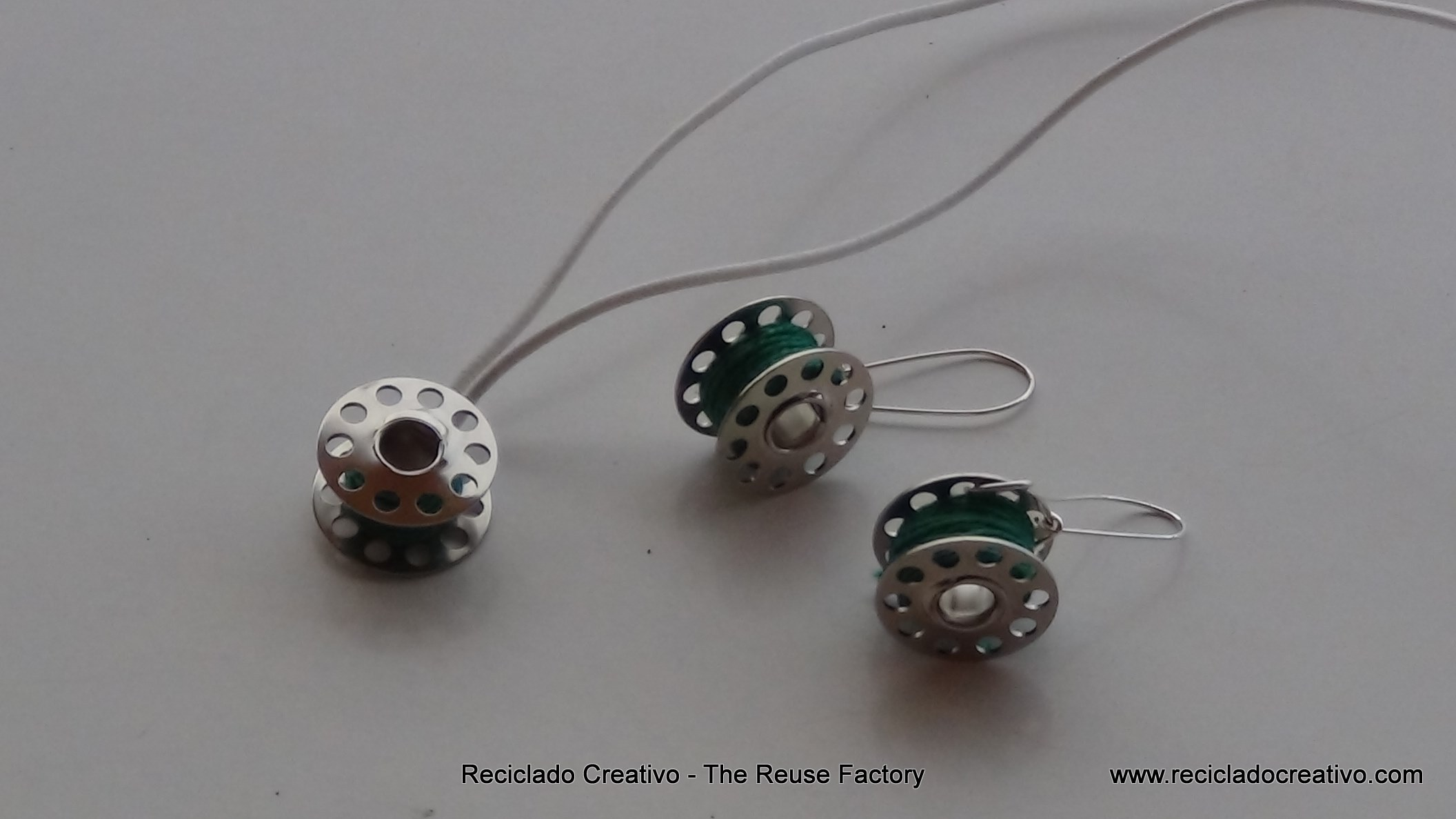 Colgante para collar y pendientes realizados reutilizando carretes de hilo de máquina de coser. - How to make earings and necklace with sewing machine bobbins
