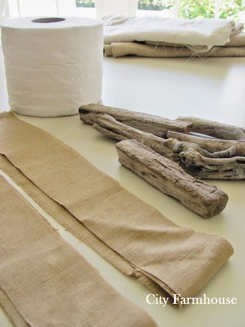 Calabazas de tela, palos y rollo de papel higiénico para decorar en Halloween2