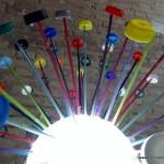 Lámpara realizada reutilizando tapones de plástico de colores. Reciclado Creativo