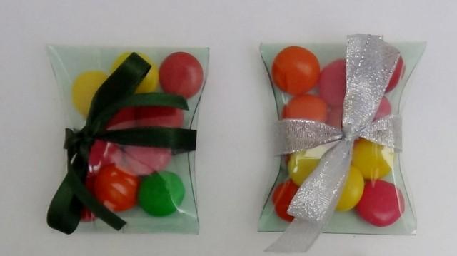 Cajas de regalo, dulceros y bomboneras con botellas de plástico recicladas.