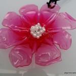 colgante con forma de flor realizado reciclando la base de una botella de plastico reciclada. reciclado creativo. rosa moontesa