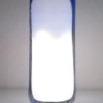 Lámpara de sobremesa con botellas de plástico recicladas y LEDs