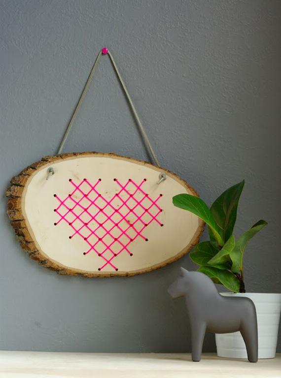 Corazón de punto de cruz sobre madera