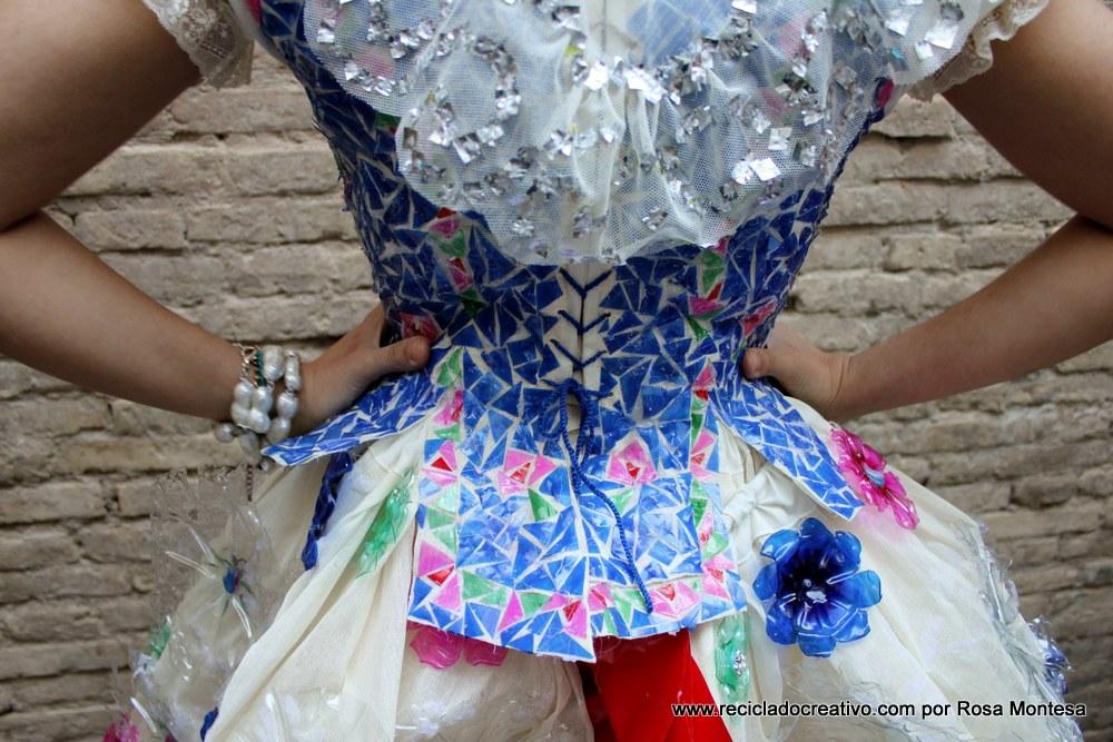 Traje de fallera valenciana con material reciclado (426)