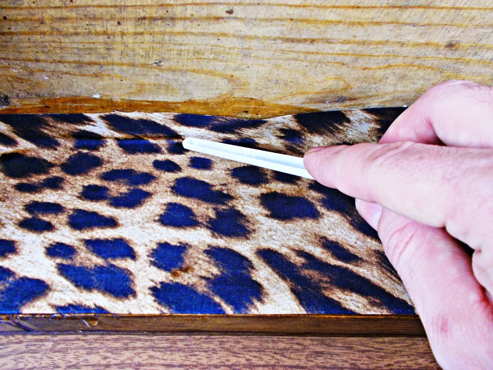 DIY-decoración-cómoda-mueble-restaurar-forrar-cajones-tela-leopardo-7
