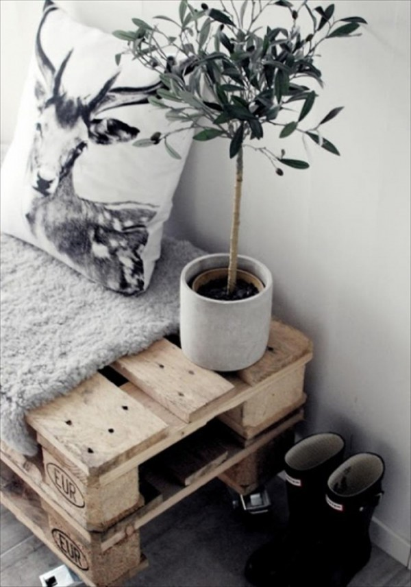 diy bench with two stacked pallets... genius! / Haz una banca apilando dos pallets... genial! // via casahaus.net