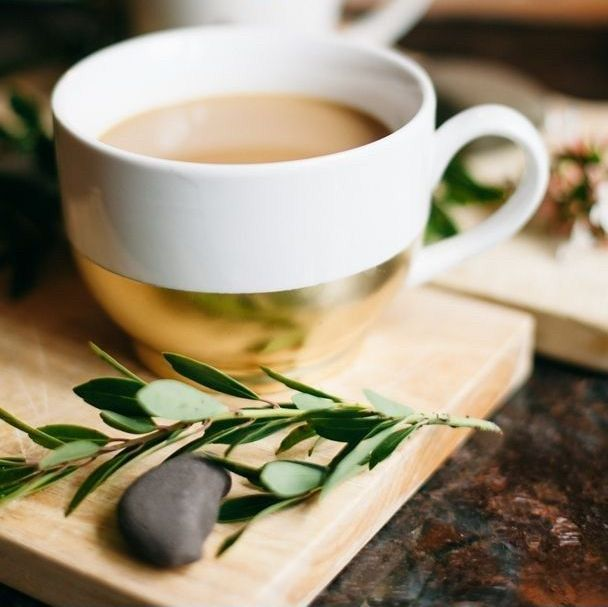 taza blanco y oro