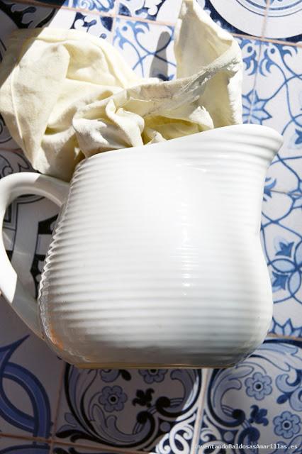 Jarra de cerámica blanca.