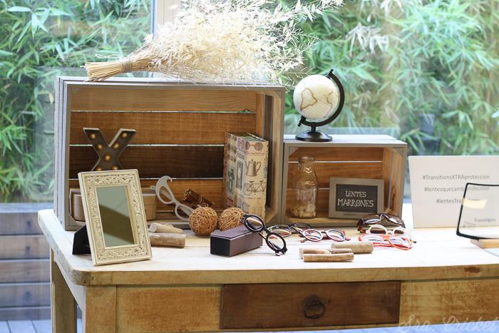 mesa lentes marrones decoración evento prensa