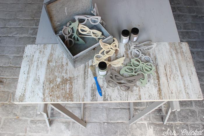 pintando gafas de madera con chalk paint