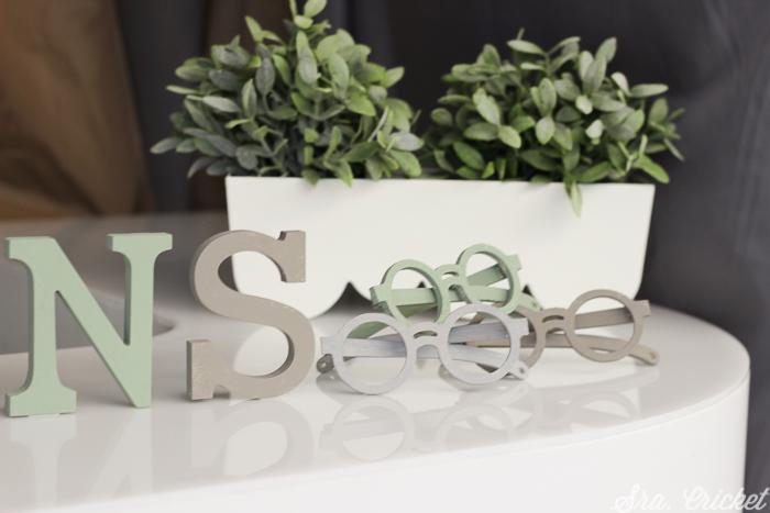 letras y gafas para evento prensa