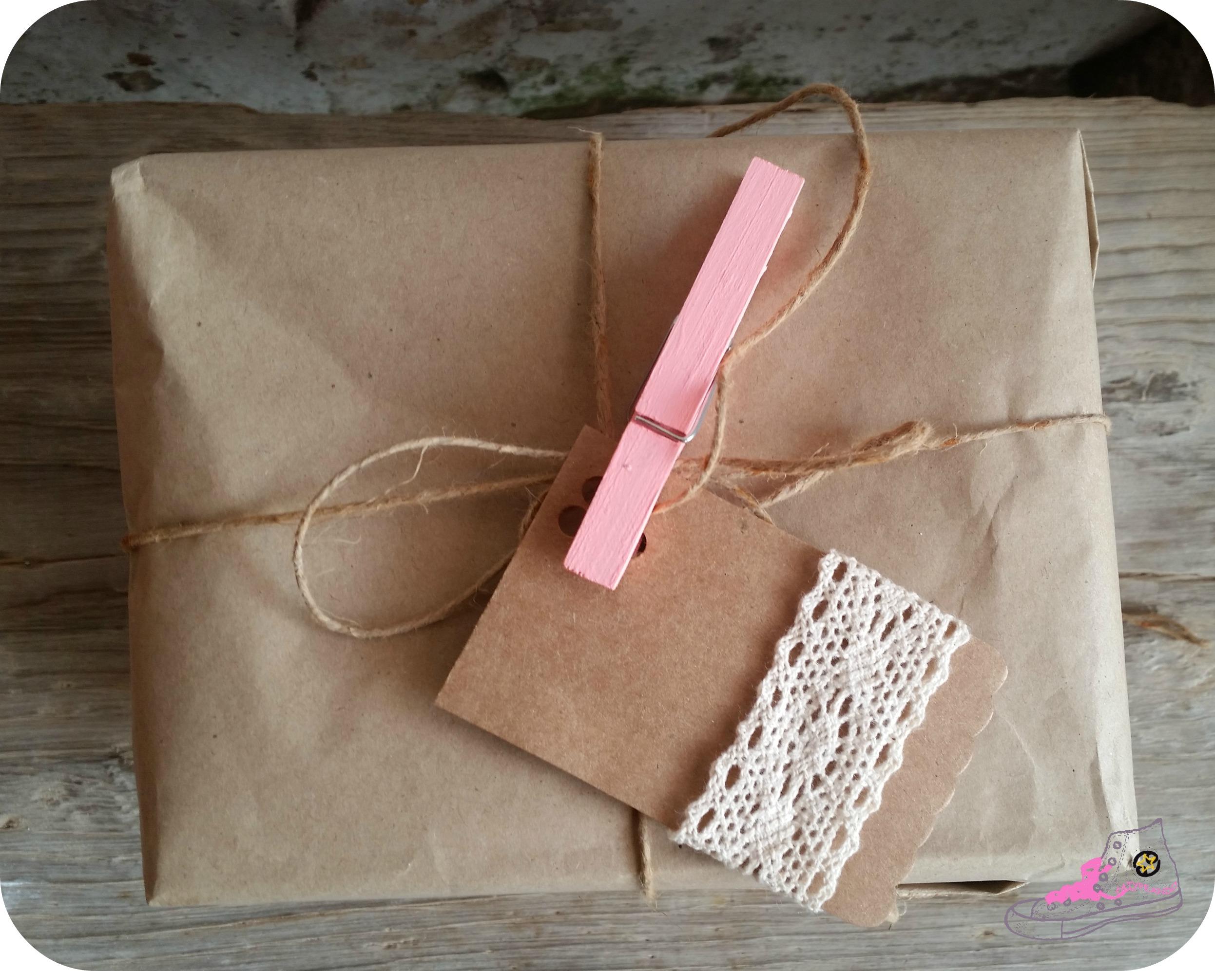 packaging con etiqueta con puntilla
