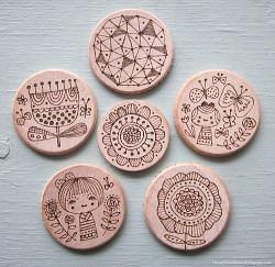 broches de madera decorados con pirograbado