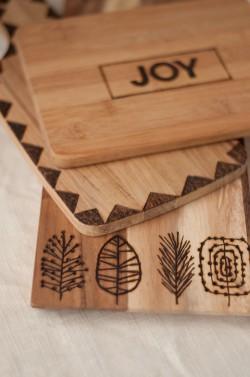 Tablas de madera para la cocina decoradas con pirógrafo