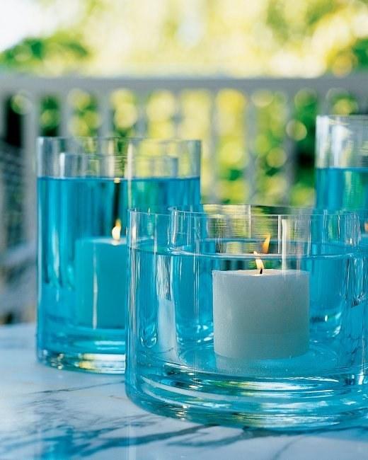 2 velas en agua coloreada