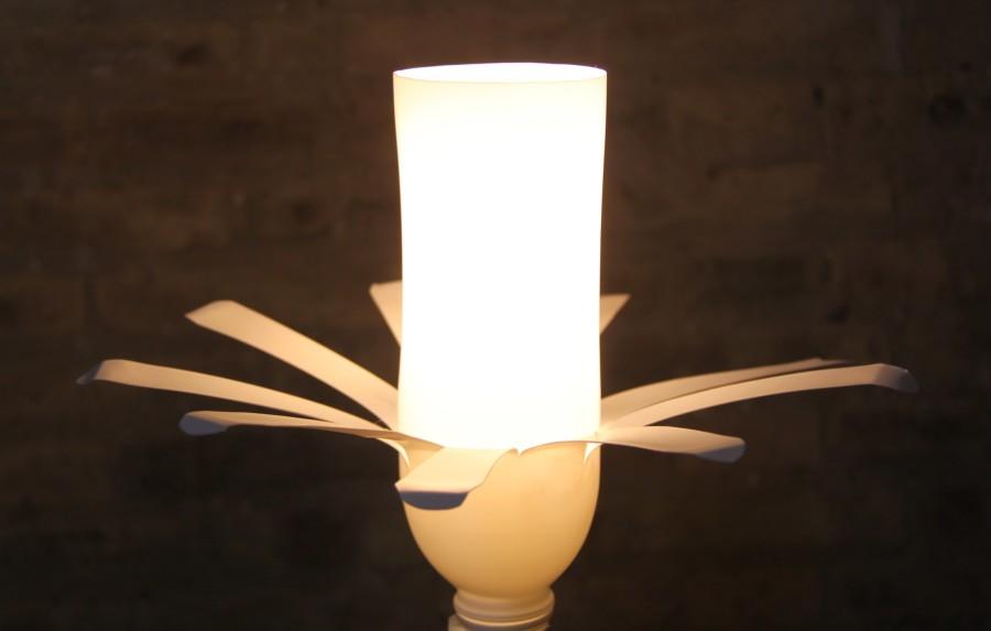 Lámpara con dos botellas de plástico blancas de las de yogourt líquido