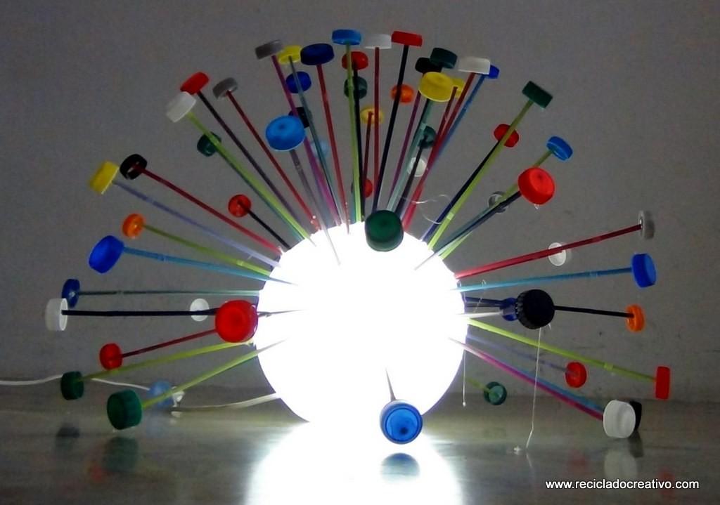 Lámpara con tapones de botellas de plástico