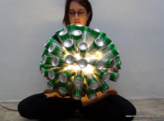 Lámpara con 50 botellas de aluminio recicladas