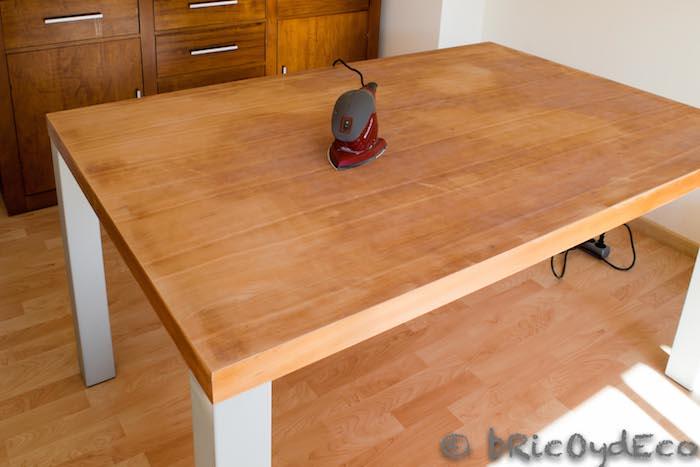 lijar el tablero de una mesa antes de pintar
