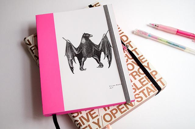 ¡Añade un cierre elástico a tu cuaderno favorito!