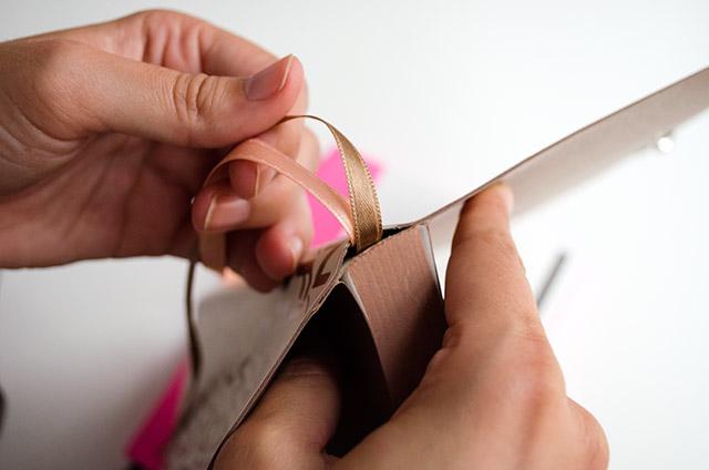 Detalle de los marca páginas en el lomo del cuaderno