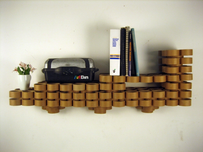 Estante con tubos de cartón