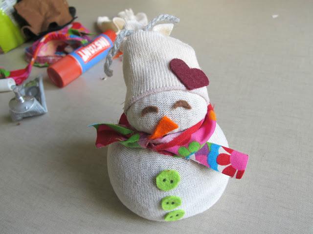 Cómo decorar un muñeco hecho con calcetines