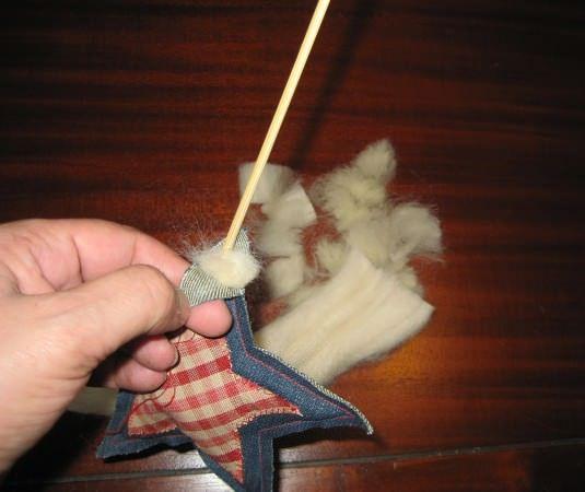 rellenamos la estrella con lana o algodón